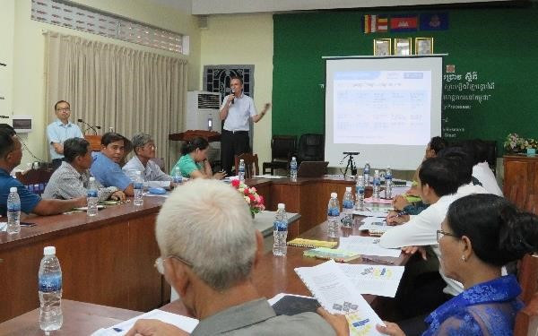 Professor Neef gives an overview of the research findings at the workshop in Kratie